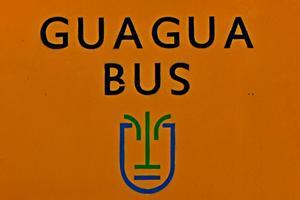 "Foto: Haltestelle auf La Palma mit Schrift ""Guagua"""